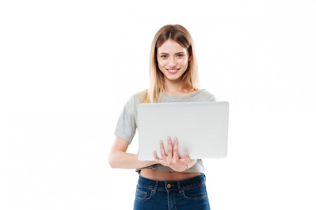 Mulher usando computador portátil