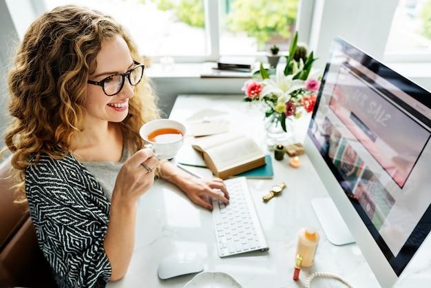 Mulher, usando, computador