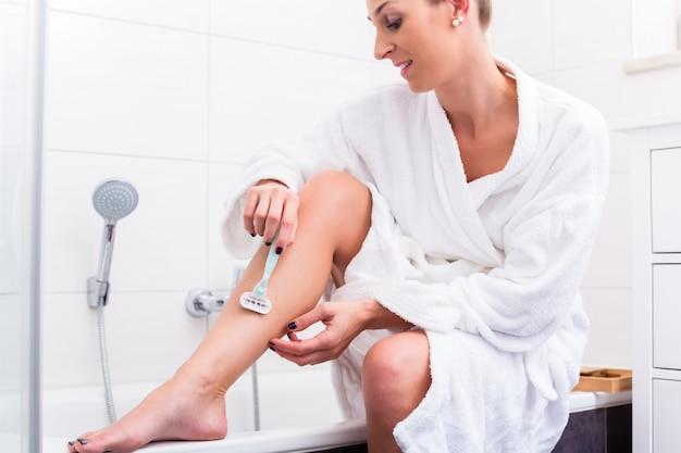 Mulher usando depilador para depilação