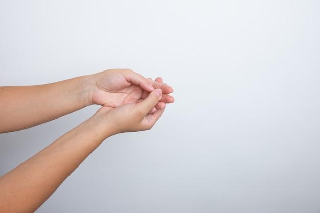 Mulher usando desinfetante para as mãos nas mãos. higienizando as mãos.
