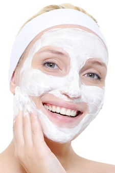 Mulher usando esfoliante cosmético