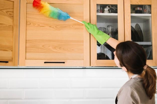 Mulher usando espanador macio colorido
