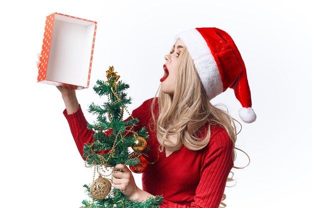Mulher usando fantasia de papai noel e decoração de presente de feriado