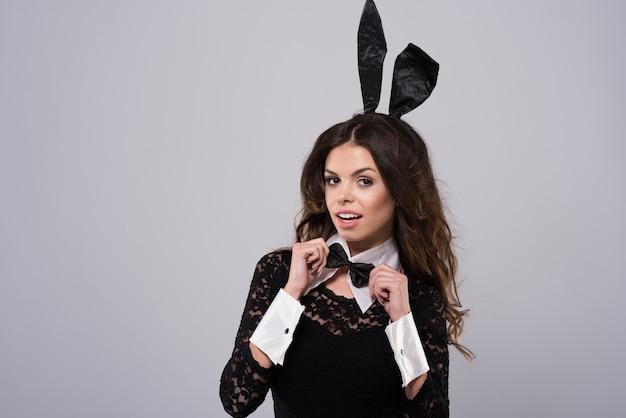 Mulher usando fantasia sexy de coelho