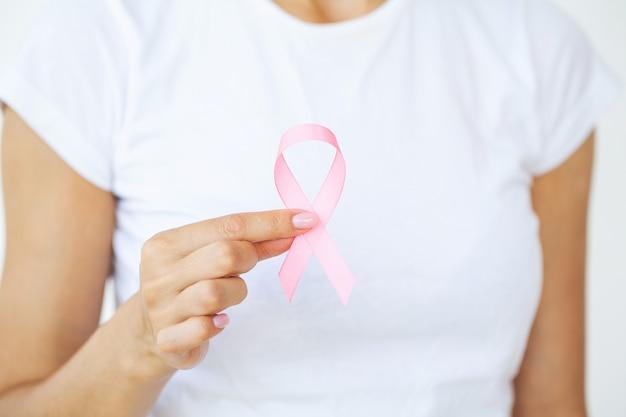 Mulher usando fita rosa para apoiar a causa do câncer de mama ou aids.