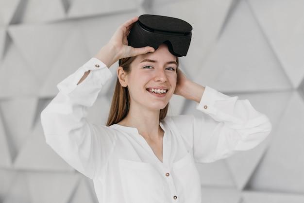 Mulher usando fone de ouvido de realidade virtual dentro de casa