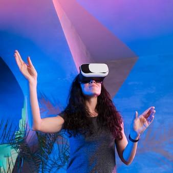 Mulher usando fone de ouvido de realidade virtual