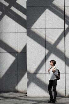 Mulher usando fones de ouvido, foto completa