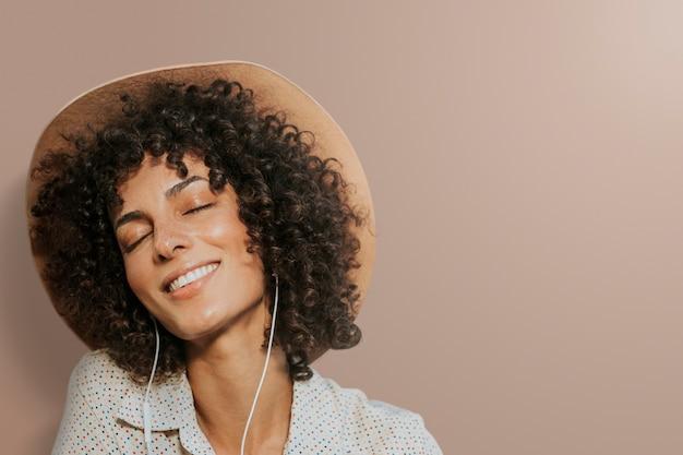 Mulher usando fones de ouvido mídia remixada de fundo