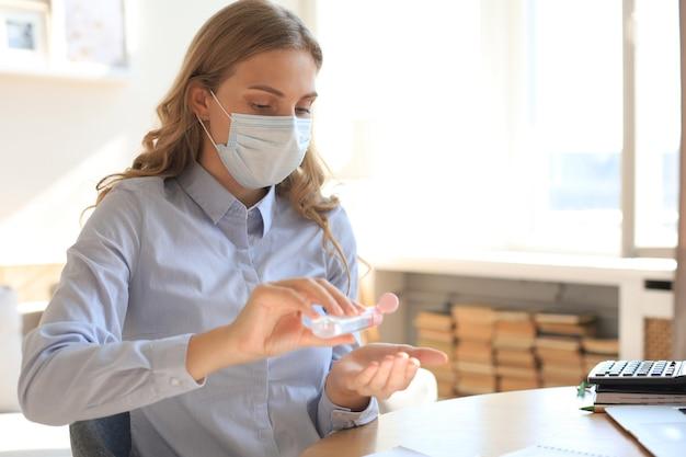 Mulher usando gel desinfetante para as mãos. proteção contra coronavírus para higiene das mãos.