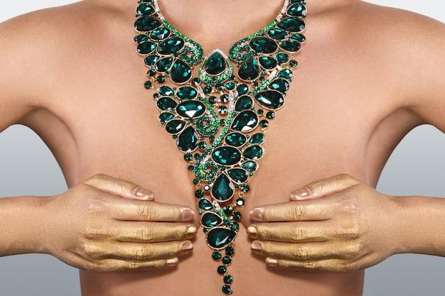 Mulher usando grande colar bonito com um monte de pedras preciosas