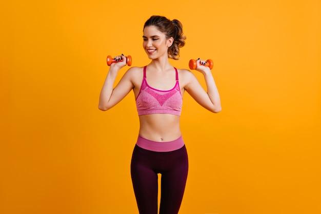 Mulher usando halteres para levantamento de peso