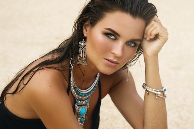 Mulher usando jóias de prata na praia