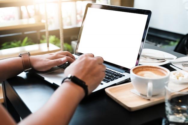 Mulher usando laptop, enviando massagens