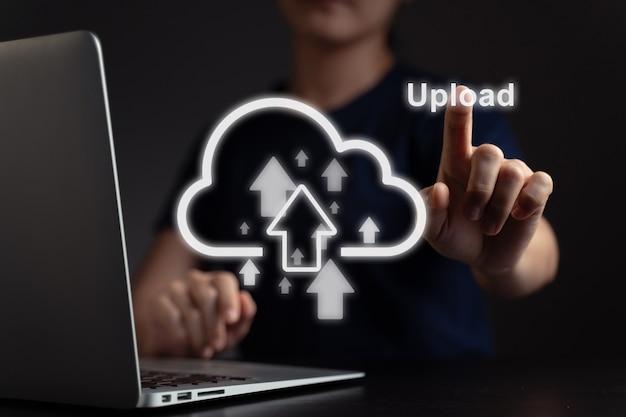 Mulher usando laptop para fazer upload com efeito de holograma de ícone de nuvem