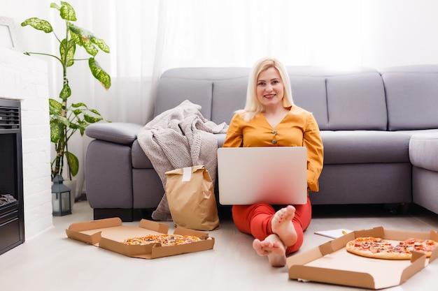 Mulher usando laptop para pedido de comida online durante a quarentena, closeup. serviço de entrega