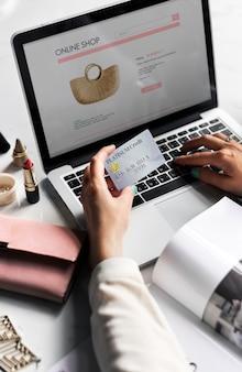 Mulher, usando, laptop, surfando, online, site