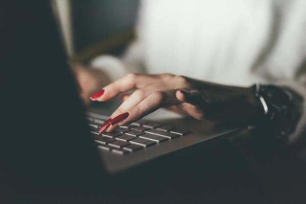 Mulher usando laptop