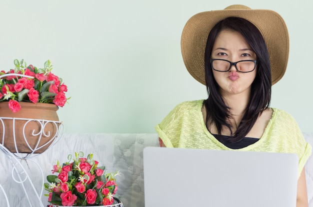 Mulher, usando, laptop
