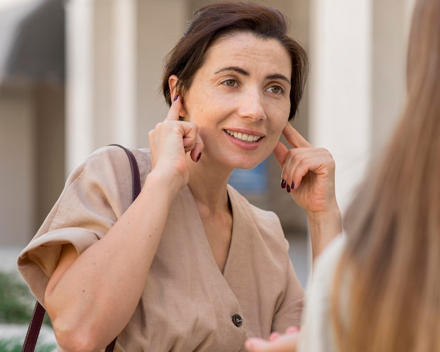 Mulher usando linguagem de sinais para se comunicar com alguém