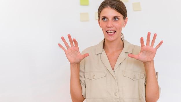Mulher usando linguagem de sinais para transmitir algo