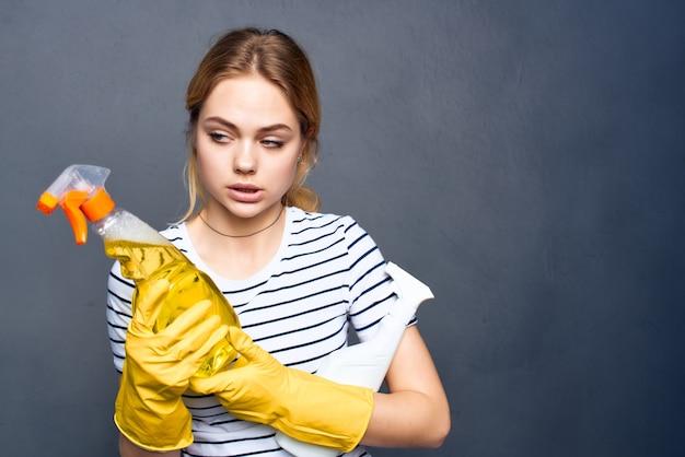 Mulher usando luvas amarelas, detergente, serviço de limpeza, dona de casa