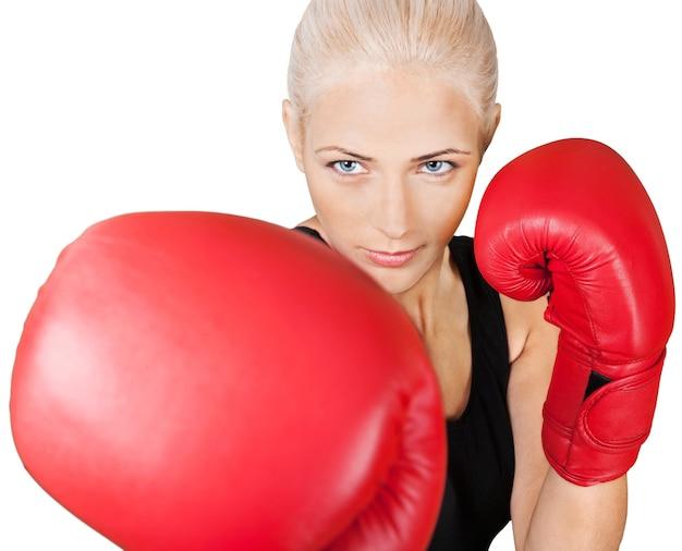 Mulher usando luvas de boxe isoladas em branco