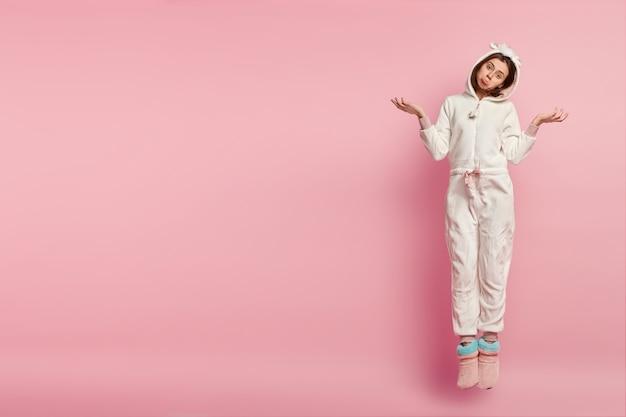 Mulher usando máscara de dormir e pijama