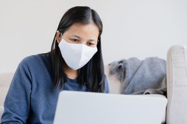 Mulher usando máscara de proteção