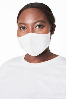 Mulher usando máscara facial devido à proteção covid-19