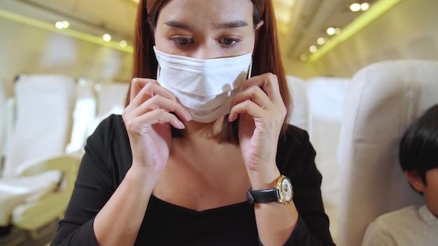 Mulher usando máscara facial em um avião