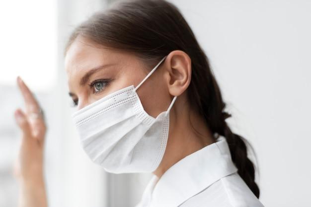 Mulher usando máscara facial no novo normal