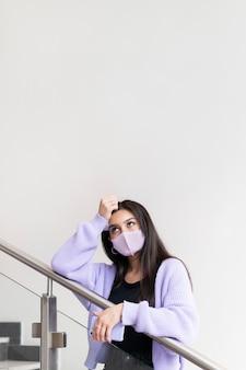 Mulher usando máscara facial tiro médio
