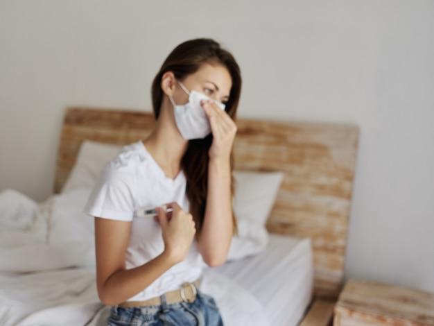 Mulher usando máscara médica, temperatura, exame de saúde