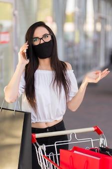 Mulher usando máscara preta conceito de compras sexta-feira