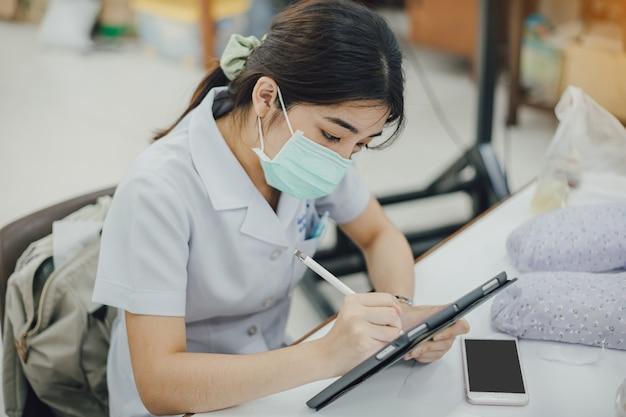 Mulher usando máscara protetora, analisando finanças da empresa