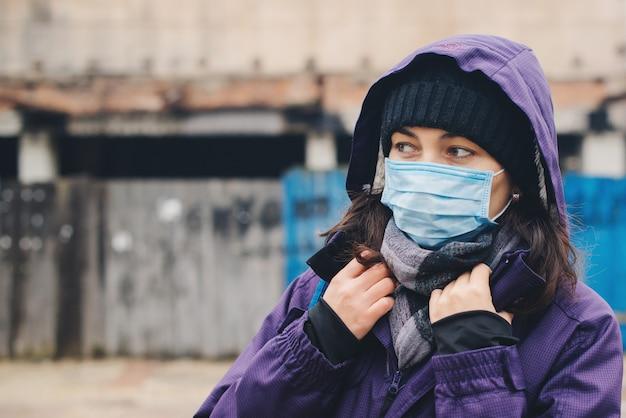 Mulher usando máscara protetora contra doenças infecciosas transmissíveis. quarentena de coronavírus.