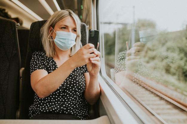 Mulher usando máscara tirando uma foto do cenário