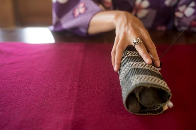 Mulher usando material especial para arte japonesa