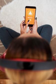 Mulher usando o aplicativo de meditação