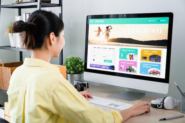 Mulher usando o aplicativo reserva de voos, viagens, pesquisa de bilhetes, férias
