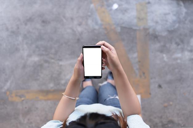 Mulher usando o tablet mockup para o seu próprio conteúdo em casa tela vazia em branco