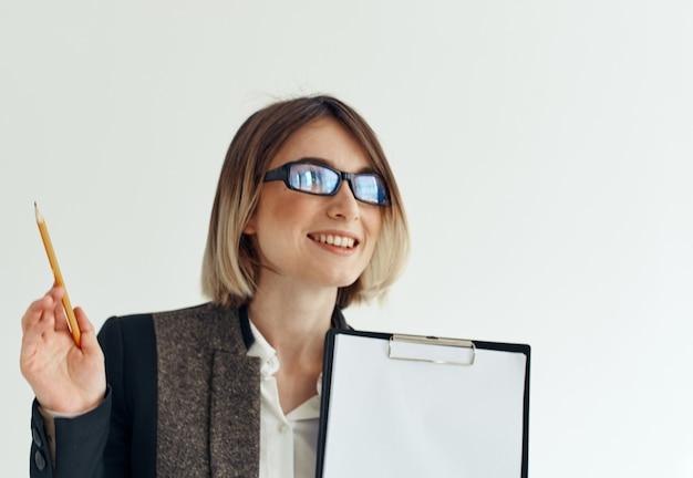 Mulher usando óculos com mão de pasta de documentos e maquete de finanças empresariais