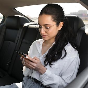 Mulher usando óculos de leitura no carro