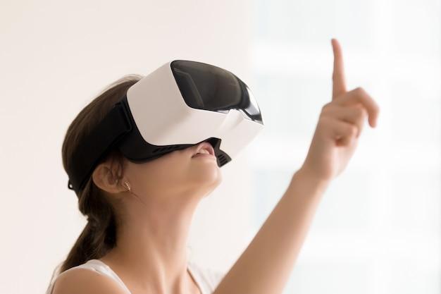 Mulher usando óculos de realidade virtual para vídeos interativos