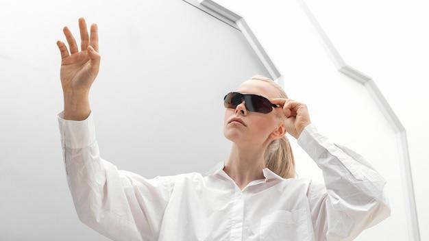 Mulher usando óculos digitais
