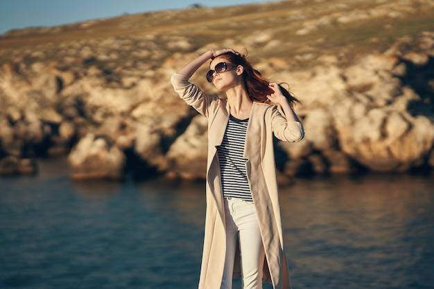 Mulher usando óculos escuros, rochas, paisagem, mar