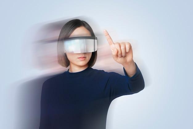 Mulher usando óculos inteligentes com efeito de dupla exposição no tema tecnologia