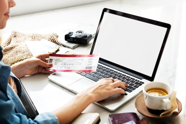 Mulher, usando, online, booking
