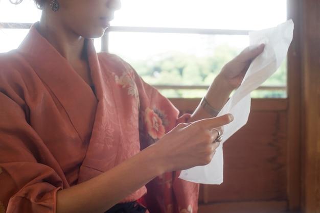 Mulher usando papel especial para origami